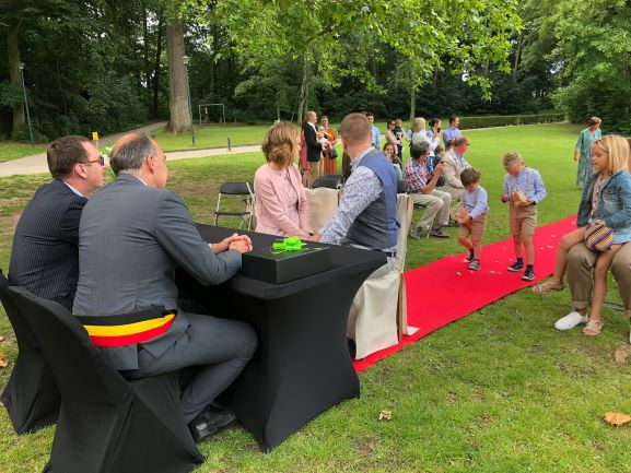 Huwelijk in het park, rode loper