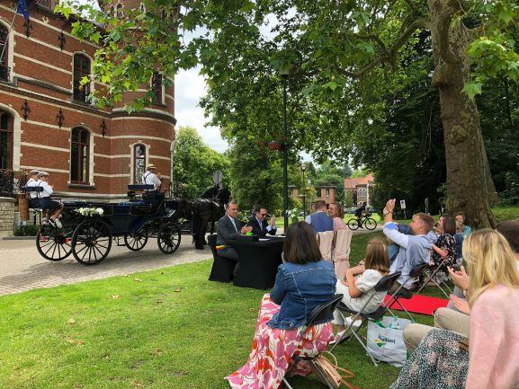 Huwelijk in het park, met paardenkoets